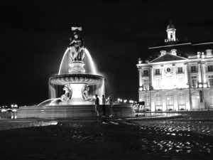The fountain at night in the main square along the Gironde
